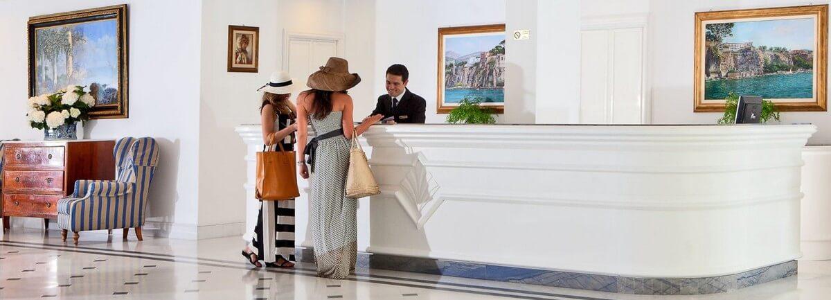 In het hotel, bij de receptie: gesprek Frans,  Frans gesprek tussen klant en receptionist, kamer reserveren in het Frans, hoe spreek je Frans in een hotel