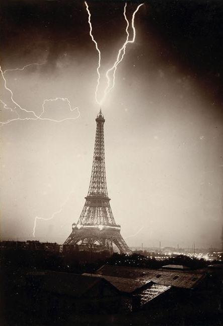 La Tour Eiffel foudroyée Gabriel Loppé  (1825-1913) . Frans leren ,Vivienne Stringa
