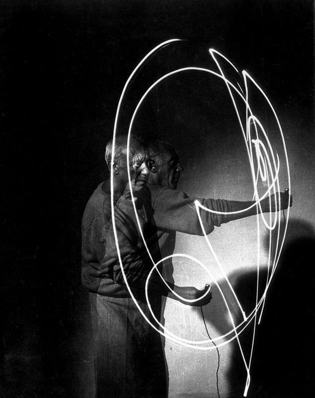 Pablo Picasso. Peinture de lumière ... Photographie Gjon Mili. Frans leren ,Vivienne Stringa