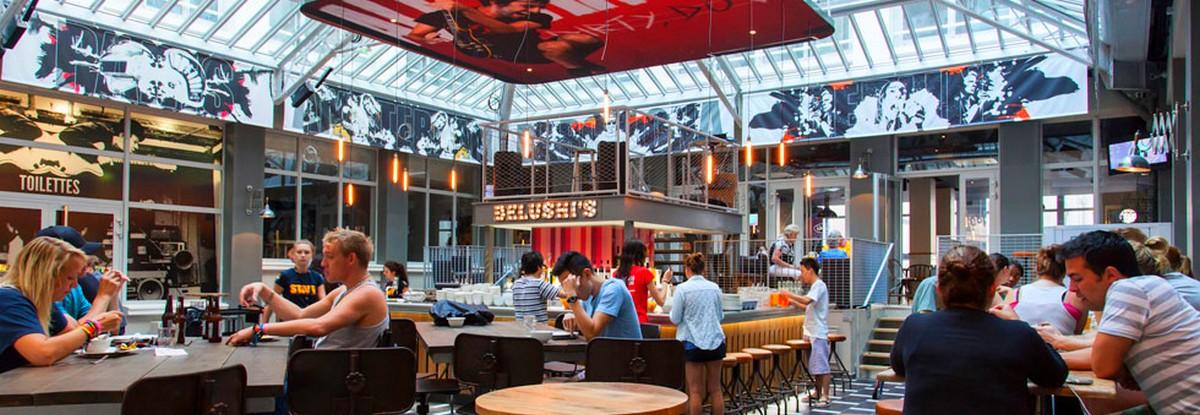 Spreekvaardigheid Frans: in een restaurant, een ober en een echtpaar, spreken in het Frans, uitspraak Frans, gesprek in een restaurant, St Christopher's. Rue de Crimée, 75019 Paris